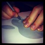 Ausschneiden des Apple Logos mit dem Skalpell