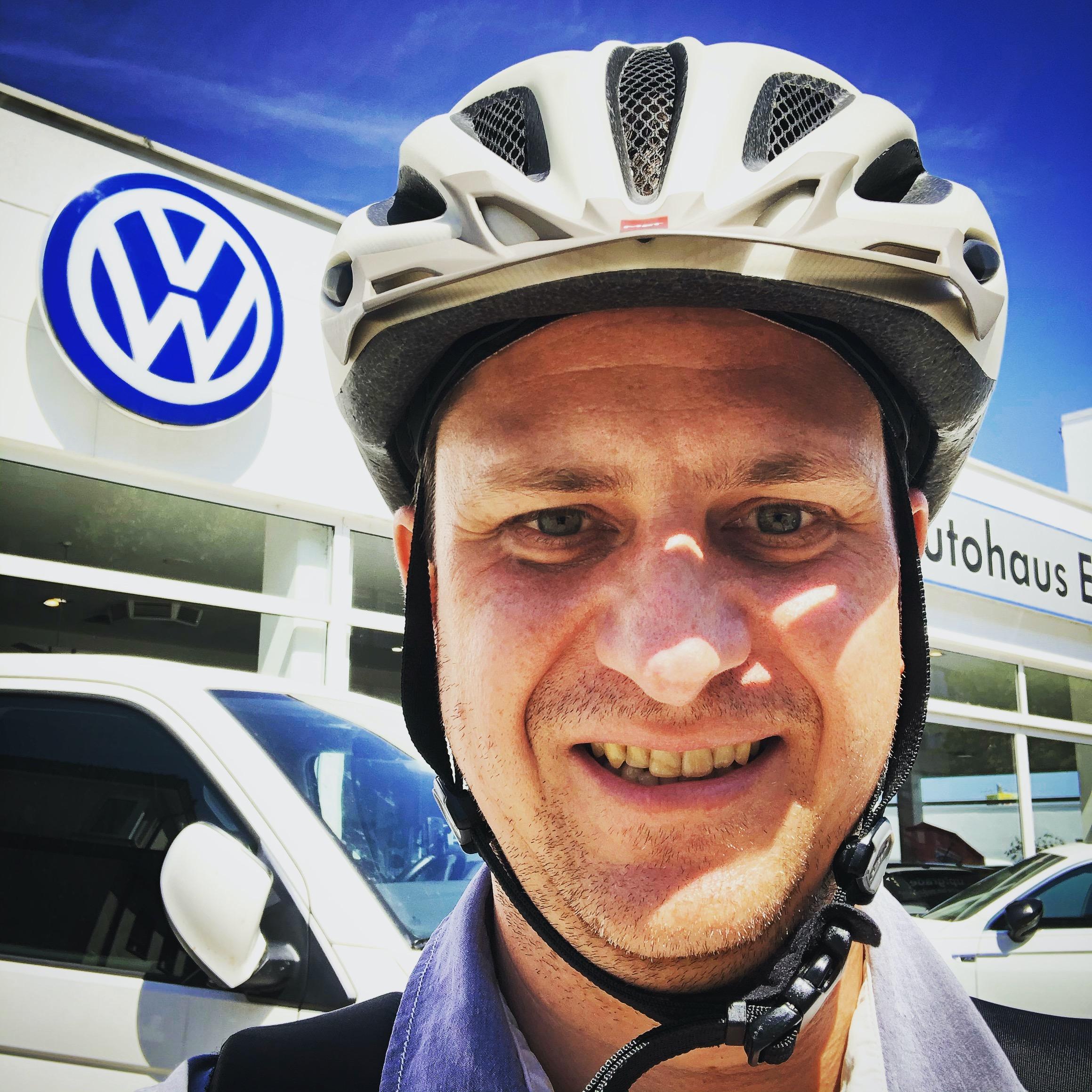 Selbstportrait vor dem VW Autohändler